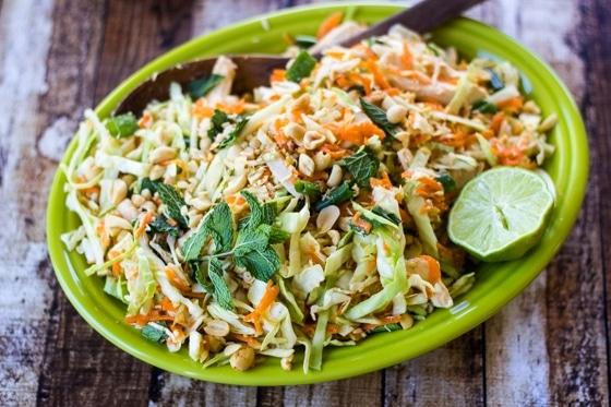 Vietnamský zelný salát s mrkví a arašídy.