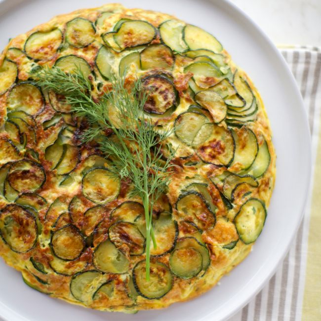 Cuketová omeleta se snítkou kopru