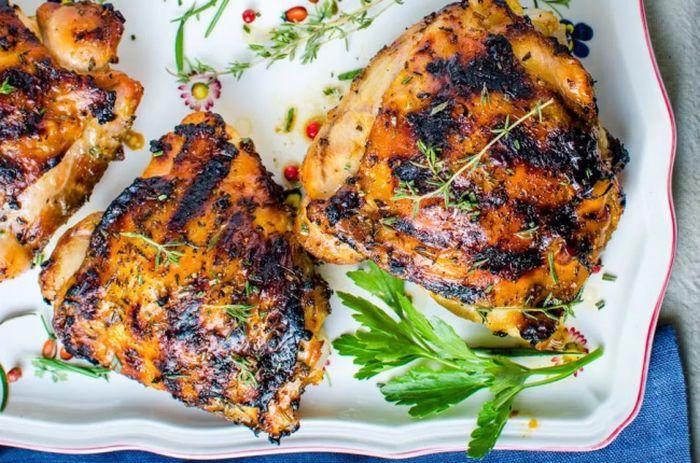 Kuřecí maso připravované na grilu s rozmanitými bylinkami