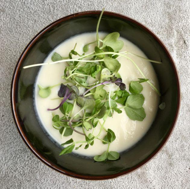 Polévka přiravená z kedlubny a květáku