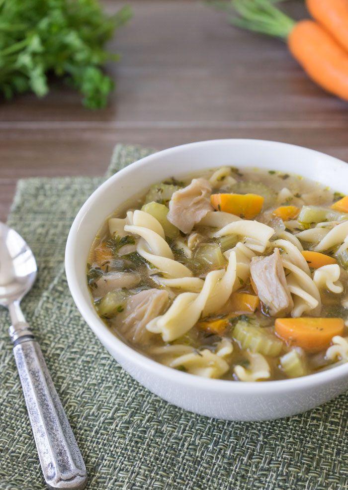 Houbová polévka se zeleninou a nudlemi.