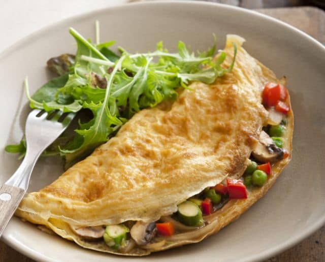Omeleta plněná salátem ze zeleniny a žampiony