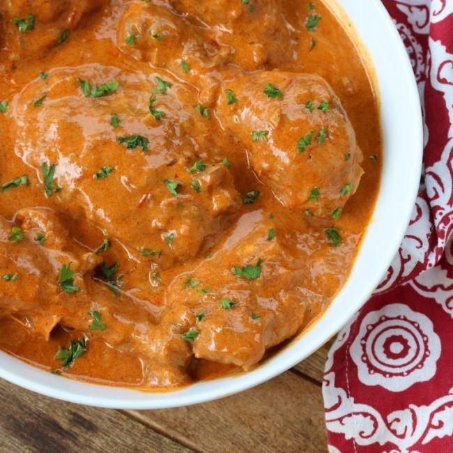 Kousky slepičího masa v paprikové omáčce