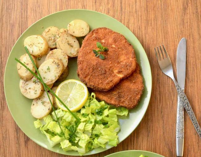 Smažené plátky z celeru s bramborem a salátem