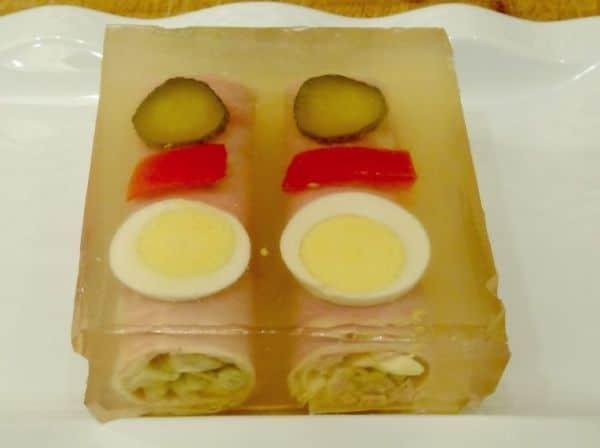 Plněné šunkové rolky s vajíčkem a zeleninou v aspikovém přelivu