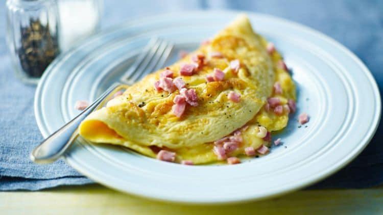 Omeleta se sýrem a kousky šunky