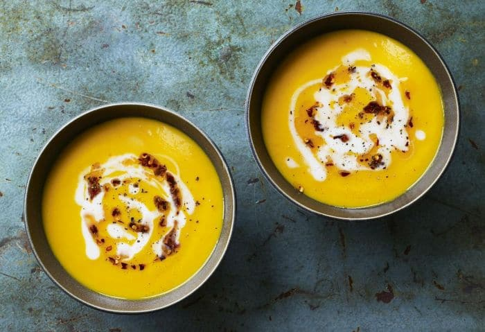 Krémová polévka ze sladkých brambor zdobená smetanou