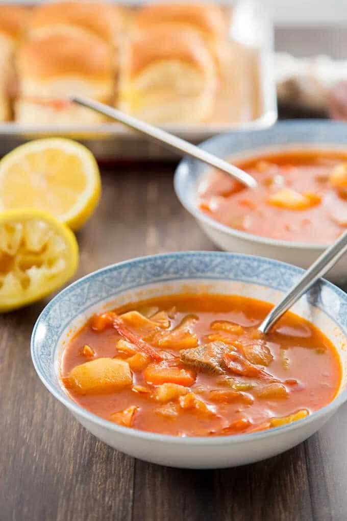 Zeleninová polévka s hovězím masem po hongkongsku v hlubokém talíři se lžící.