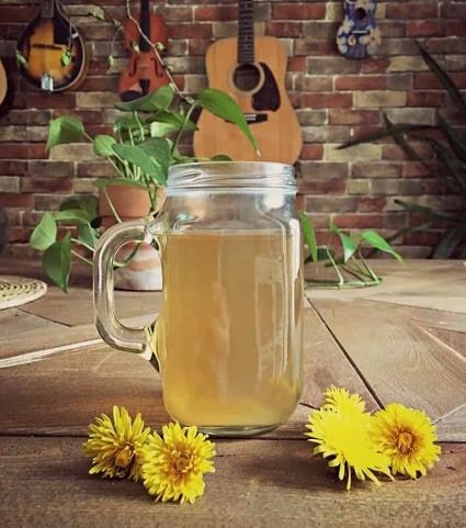 Čaj z kořene pampelišky ve sklenici s uchem.