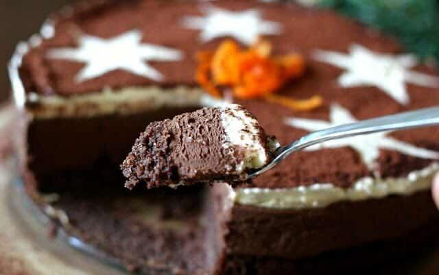 Bezlepkový koláč s jáhly a čokoládou na talíři.