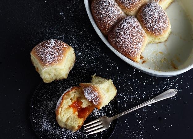 Lahodné buchty s meruňkovou náplní a moučkovým cukrem.