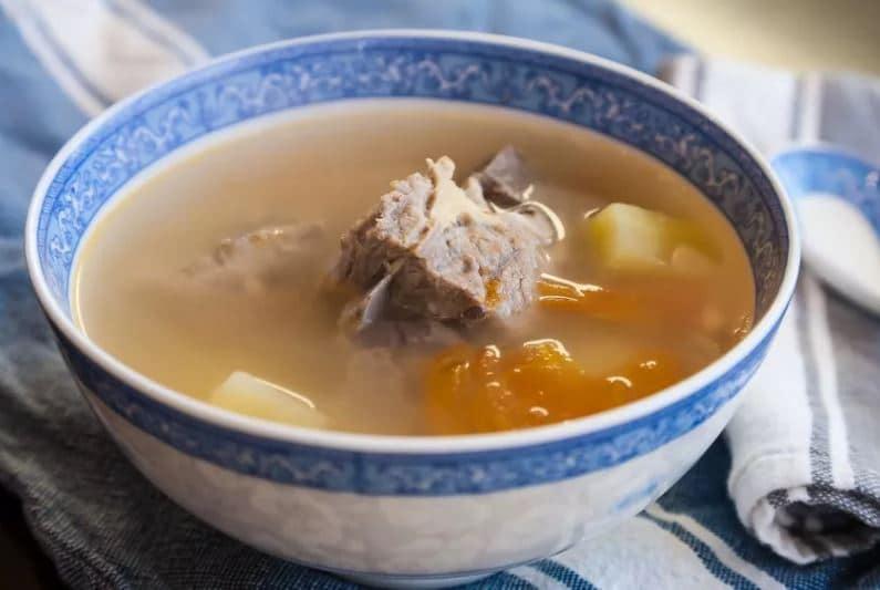 Čirá polévka z vepřového masa se zeleninou.
