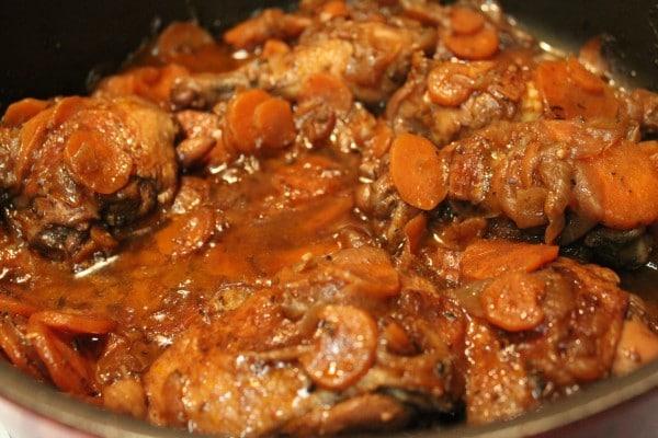 Hotový pokrm z kuřecího masa dušeného s mrkví