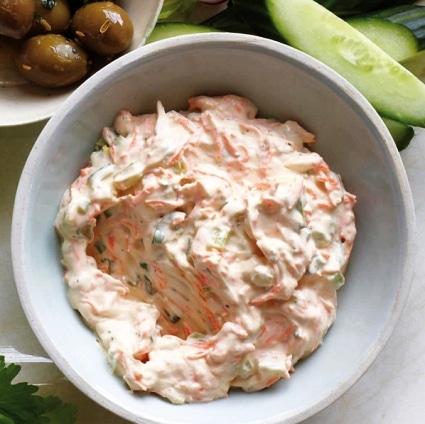 Bílá zeleninová pomazánka s majonézou v bílé míse.