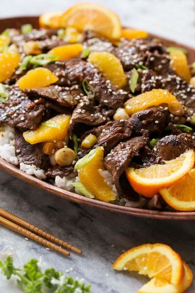 Hovězí s pomeranči a rýží na velkém talíři.
