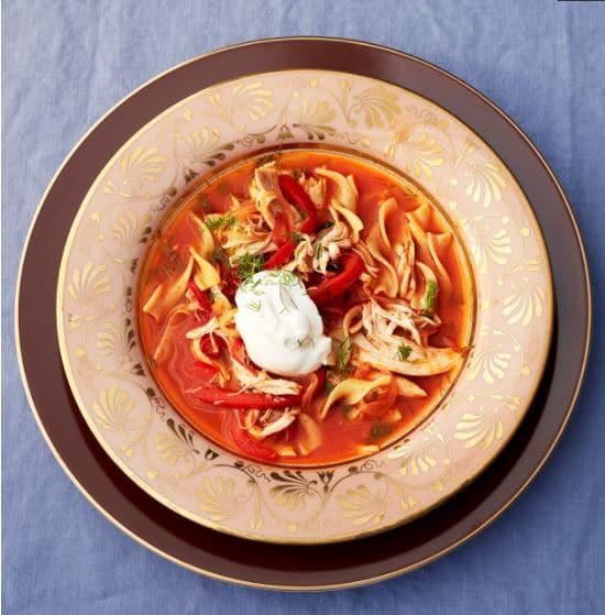 Zeleninová polévka s kuřetem a zakysanou smetanou.