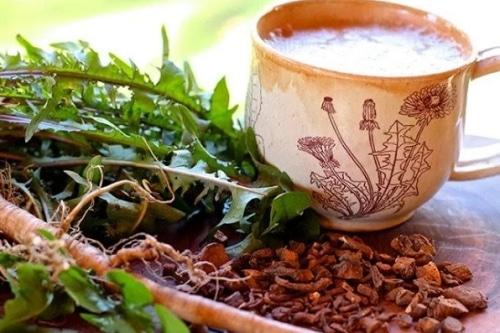 Káva z kořene pampelišky ve hnědém ozdobném hrnečku.