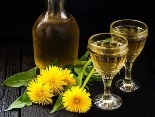 Víno z pampelišek v karafě a dvou sklenicích.