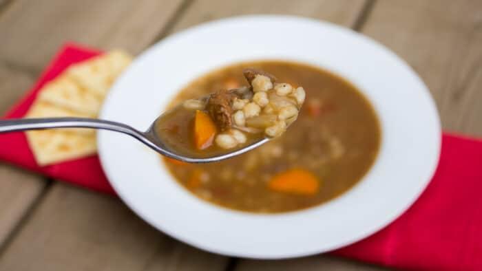 Hovězí polévka se zeleninou a kroupami.