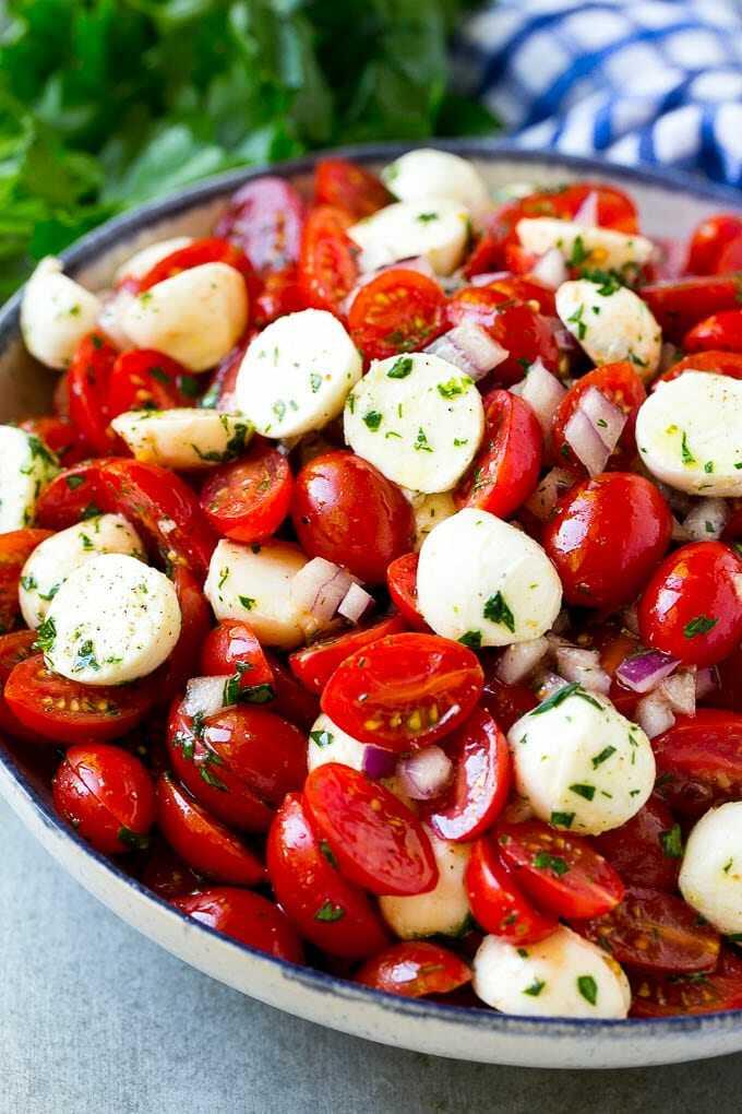Rajčata, mozzarella a bylinky ve velké míse.