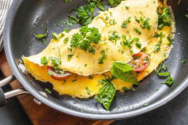 Omeleta s rajčaty a bazalkou