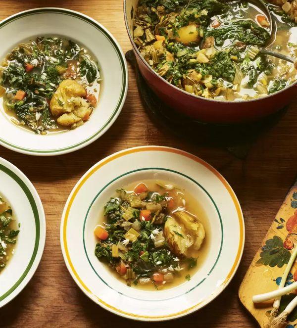 Polévka připravená ze směsi zeleniny a kopřiv
