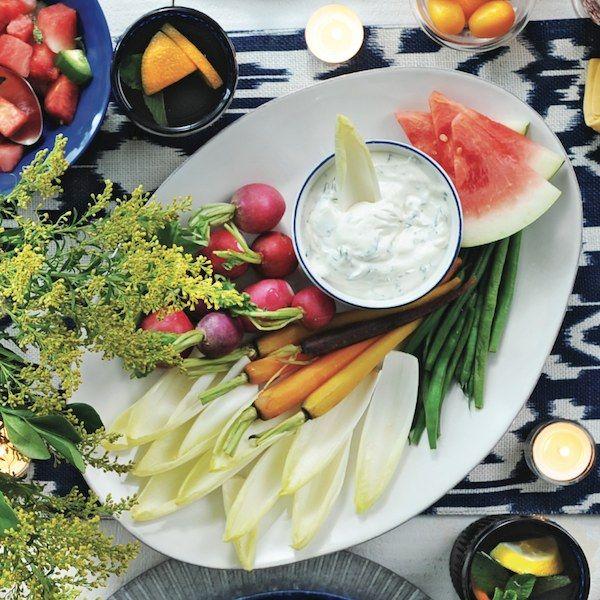Talíř s čerstvou zeleninou a pomazánkou ze zakysané smetany a pórku