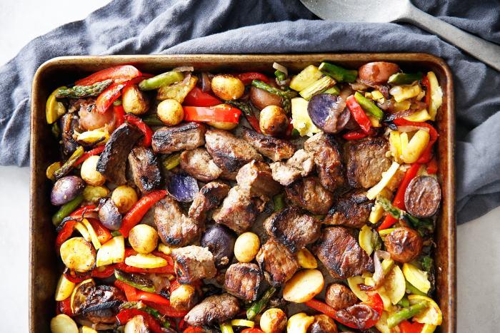 Směs hovězího masa a rozmanité zeleniny připravovaná na plechu