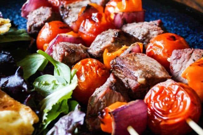 Vepřové špízy s rajčátky, paprikou a červenou cibulí