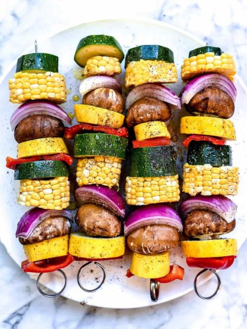 Zeleninová varianta pokrmu na jehle z cukety, papriky, žampionů, kukuřice a cibule