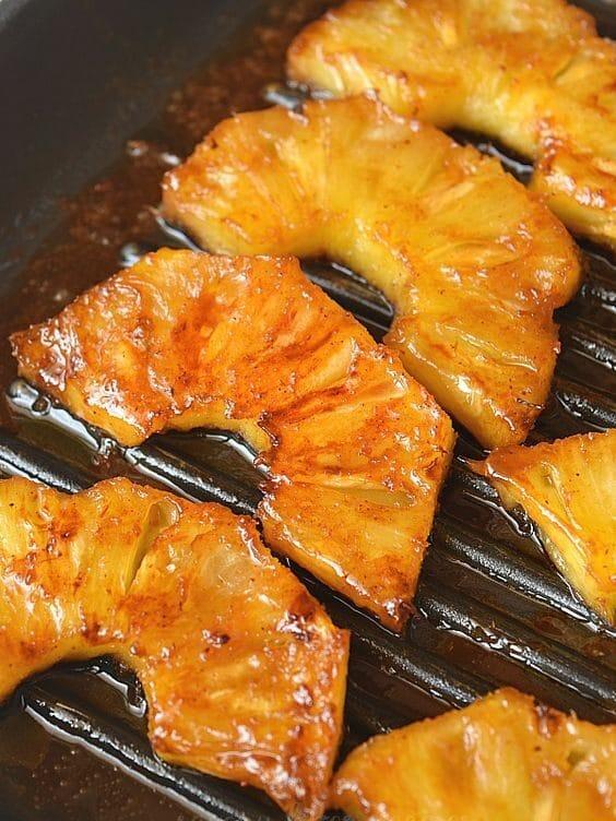 Opékaný ananas na grilu.