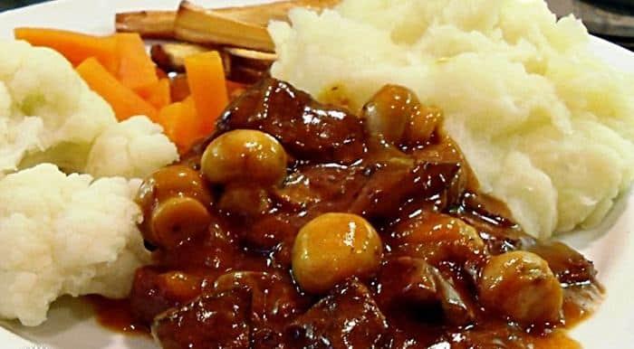 Pokrm z hovězího masa v pivní omáčce se žampiony, podábaný z dušenou zeleninou a bramborovou kaší