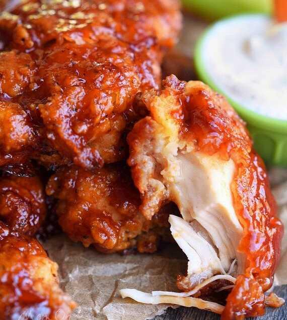 Kousky kuřete obalené směsí s medem a bbq omáčkou.