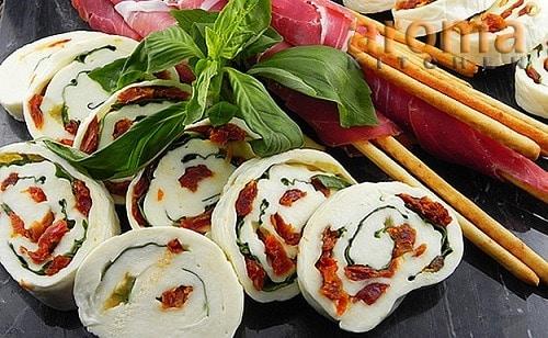 Roláda z mozzarelly, plněná bylinkami a sušenými rajčaty.
