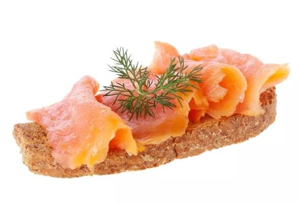 Chléb s uzeným lososem a koprem.