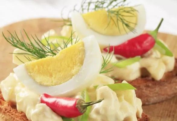 Pečivo s vajíčkovou pomazánkou, vajíčkem a chilli papričkou.