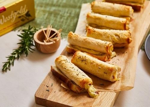 Roládky z toustového chleba, zdobené rozmarýnem.