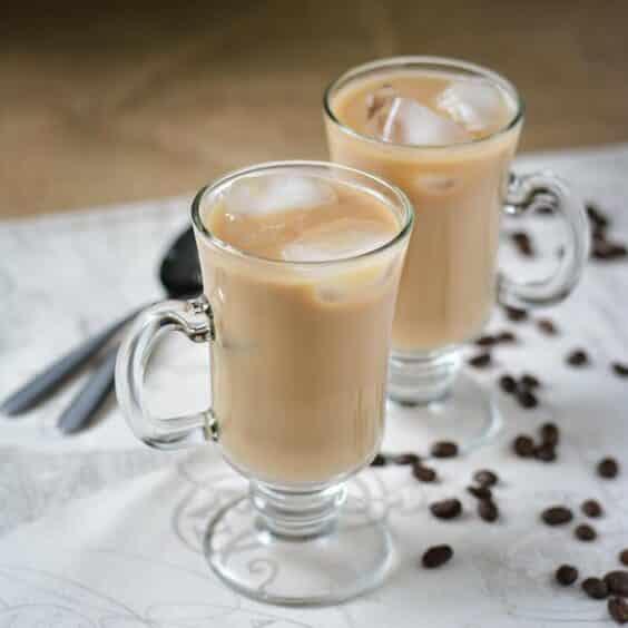 Studená káva ve sklenici s kostkami ledu.