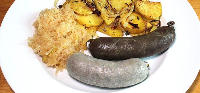 Jitrničky servírované s opečenými brambory a zelím