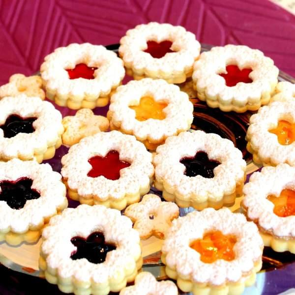 Klasické linecké s barevnou směsí marmelád.