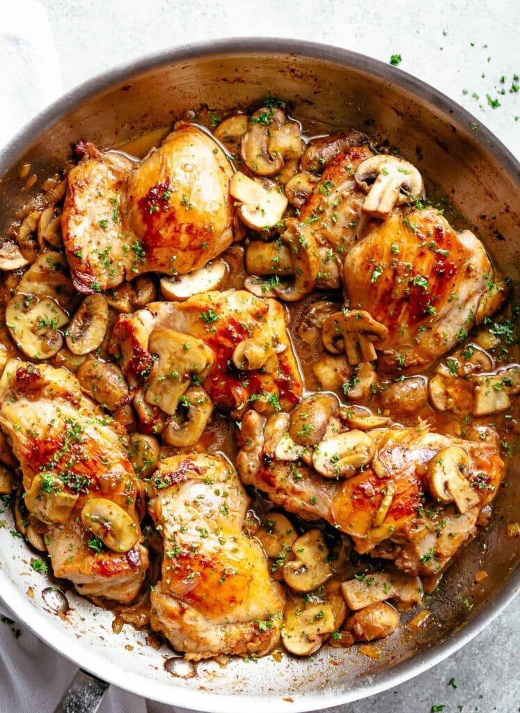 Česneková kuřecí stehna s houbami z jedné pánve.