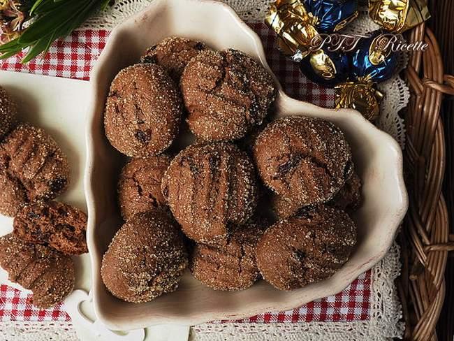 Vánoční pečivo s rozinkami a čokoládou obalené v cukru.