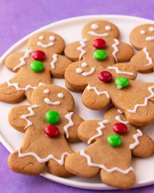 Vánoční medové perníčky ozdobené lentilkami.