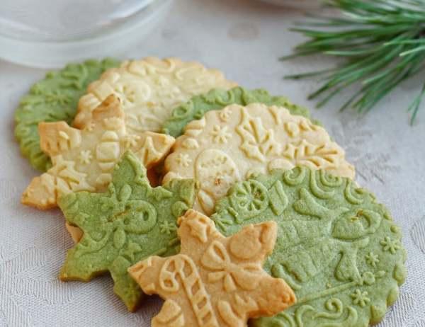 Jemné vánoční sušenky se žloutky připravené pomocí vzorovaného válečku.