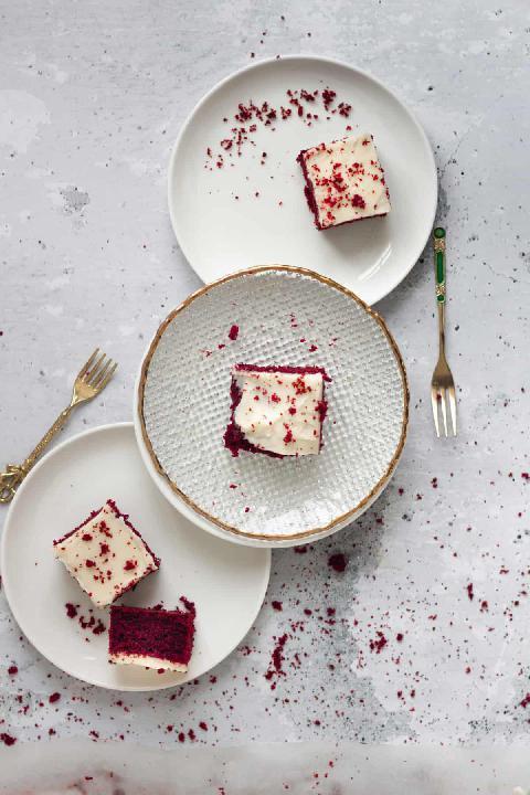 Řezy s luxusní polevou z mascarpone servírované na talířcích s vidličkami.
