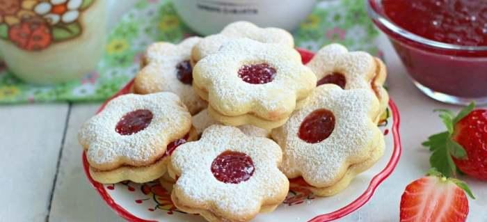 Slepované vánoční pečivo ze žloutků s marmeládou.